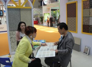 销售经理杨倩与客户交谈.