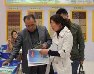销售经理赵小丽与客户洽谈