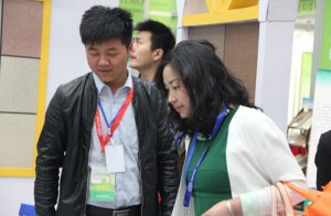 销售经理刘波与客户交谈